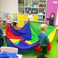 chusta podczas zajęć angielskiego dla dzieci w baby english center